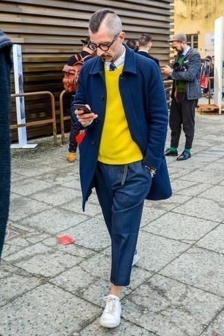 Comment porter des baskets basses en cuir blanches en automne: Perfectionne le look chic et décontracté avec un pardessus bleu marine et un pantalon chino en laine bleu marine. Jouez la carte décontractée pour les chaussures et choisis une paire de des baskets basses en cuir blanches. Nous sommes fans de ce look qui est sublime pour l'automne.