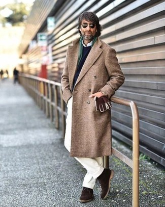 Comment porter des bottines chukka en daim marron en hiver: Essaie de marier un pardessus marron avec un pantalon de costume blanc pour dégager classe et sophistication. D'une humeur créatrice? Assortis ta tenue avec une paire de des bottines chukka en daim marron. Ce look est une bonne inspiration pour pour les journées hivernales.