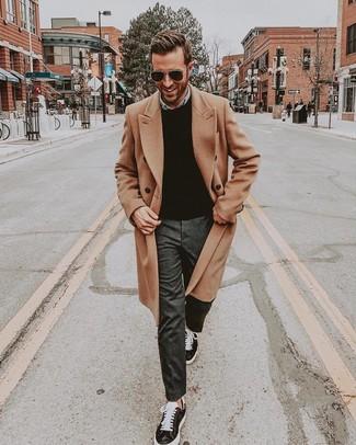 Comment porter: pardessus marron clair, pull à col rond noir, chemise en jean bleu clair, pantalon de costume gris foncé