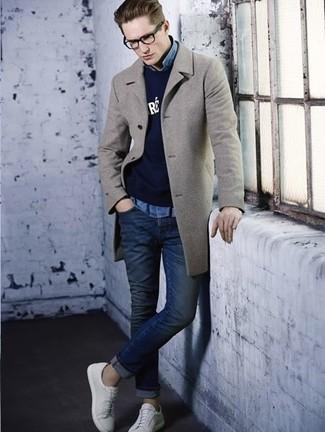Comment porter: pardessus gris, pull à col rond imprimé bleu marine, chemise en jean bleu clair, jean skinny bleu marine