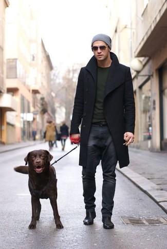 Comment porter: pardessus noir, pull à col rond olive, jean gris foncé, bottines chelsea en cuir noires