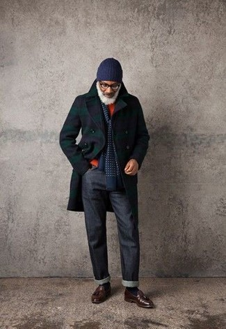 Comment porter: pardessus écossais bleu marine, pull à col rond orange, jean bleu marine, mocassins à pampilles en cuir marron foncé