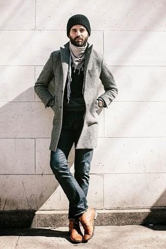 Comment porter: pardessus gris, pull à col rond noir, jean noir, bottines chukka en cuir marron clair