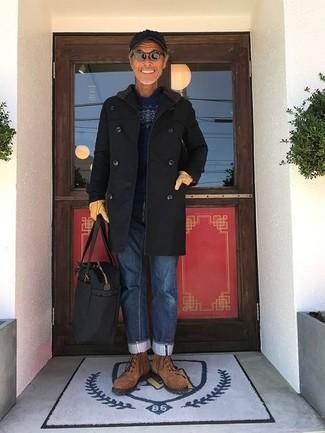Comment porter: pardessus noir, pull à col rond en jacquard bleu marine, jean bleu, bottes de loisirs en daim marron
