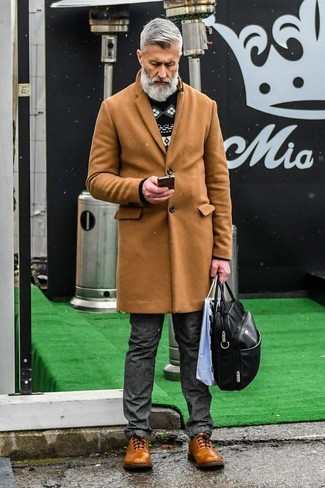 Comment porter: pardessus marron clair, pull à col rond en jacquard noir et blanc, jean gris foncé, chaussures brogues en cuir marron