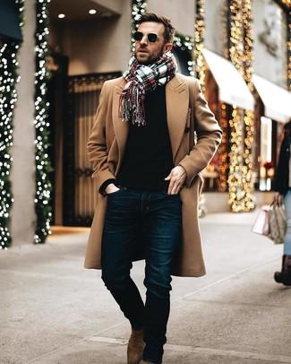 Comment porter: pardessus marron clair, pull à col rond noir, jean bleu marine, bottines chelsea en daim marron