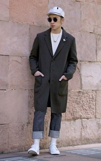 Comment porter un jean gris foncé: Associe un pardessus noir avec un jean gris foncé pour prendre un verre après le travail. Tu veux y aller doucement avec les chaussures? Choisis une paire de des baskets basses en toile blanches pour la journée.