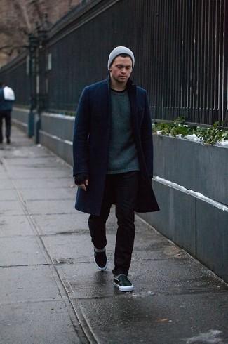Comment porter: pardessus bleu marine, pull à col rond vert foncé, jean skinny noir, baskets à enfiler en cuir noires
