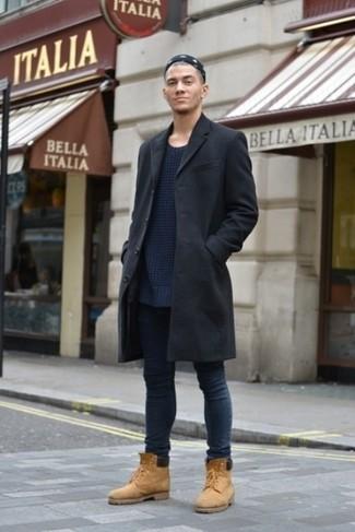 Comment porter: pardessus noir, pull à col rond en tricot bleu marine, jean skinny bleu marine, bottes de travail en daim marron clair
