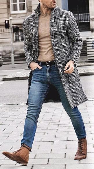 Comment porter: pardessus en pied-de-poule noir et blanc, pull à col rond marron clair, jean skinny bleu, bottes brogue en cuir marron