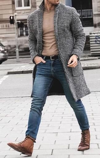 Comment porter: pardessus en pied-de-poule gris, pull à col rond marron clair, jean skinny bleu, bottes de loisirs en cuir marron
