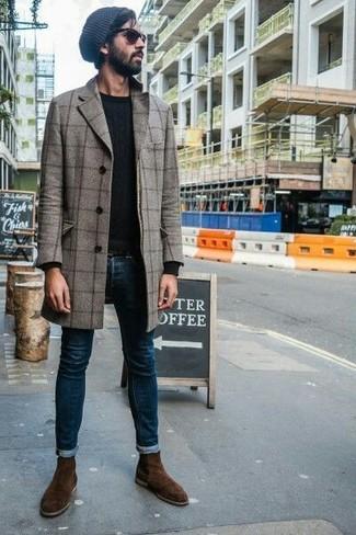 Comment porter: pardessus à carreaux gris, pull à col rond noir, jean skinny bleu marine, bottines chelsea en daim marron foncé