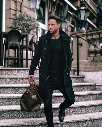 Comment porter: pardessus noir, pull à col rond noir, jean skinny noir, bottines chelsea en cuir noires