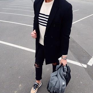 Comment porter: pardessus bleu marine, pull à col rond à rayures horizontales blanc et bleu marine, jean skinny déchiré noir, baskets basses marron clair