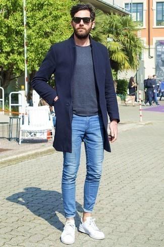 Comment porter un pull à col rond quand il fait chaud: Pense à opter pour un pull à col rond et un jean skinny bleu pour obtenir un look relax mais stylé. Une paire de des baskets basses blanches est une option judicieux pour complèter cette tenue.