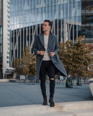 Comment porter une montre en cuir noire: Opte pour le confort dans un pardessus gris foncé et une montre en cuir noire. Apportez une touche d'élégance à votre tenue avec une paire de des bottines chelsea en daim gris foncé.