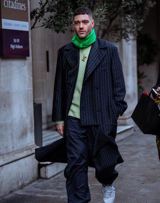 Comment porter: pardessus à rayures verticales bleu marine, pull à col rond vert, pantalon cargo bleu marine, chaussures de sport blanches