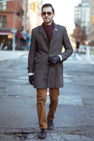 Comment porter: pardessus marron, pull à col rond en tricot noir et blanc, pantalon chino tabac, bottes de loisirs en cuir marron foncé
