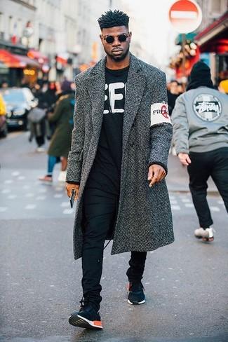 Comment porter: pardessus gris foncé, pull à col rond imprimé noir et blanc, pantalon chino noir, chaussures de sport bleu marine