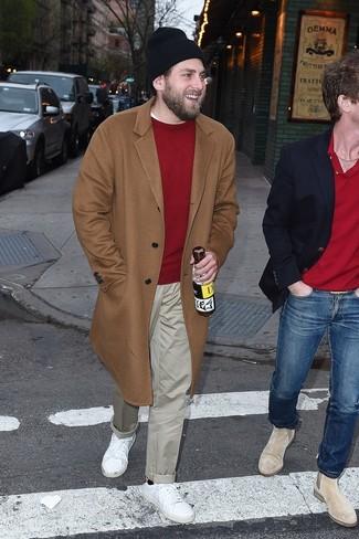 Comment porter: pardessus marron clair, pull à col rond rouge, pantalon chino beige, baskets basses en cuir blanches