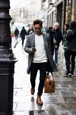 Comment porter: pardessus gris, pull à col rond blanc, pantalon chino noir, bottes de loisirs en cuir marron