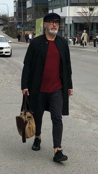 Comment porter un sac fourre-tout en toile marron clair: Pour une tenue aussi confortable que ton canapé, essaie d'associer un pardessus noir avec un sac fourre-tout en toile marron clair. Assortis ce look avec une paire de des baskets basses en cuir noires.