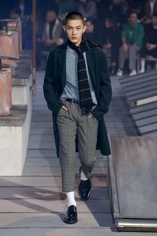 La polyvalence d'un pull à col rond gris et d'un pantalon chino à carreaux blanc et noir en fait des pièces de valeur sûre. Habille ta tenue avec une paire de des chaussures derby en cuir noires.