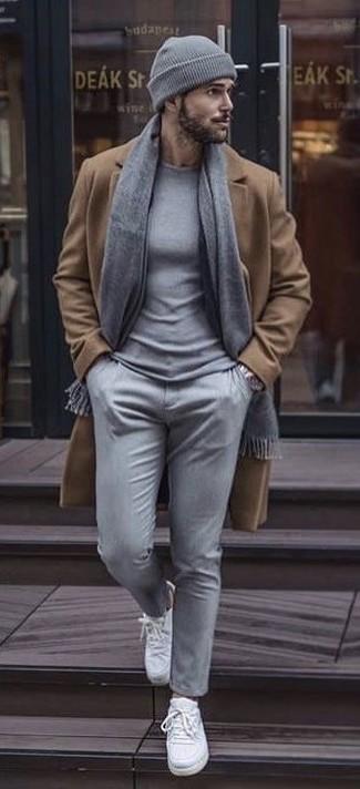 Essaie d'associer un pull à col rond gris Anvil avec un pantalon chino gris pour affronter sans effort les défis que la journée te réserve. Jouez la carte décontractée pour les chaussures et complète cet ensemble avec une paire de des baskets basses en toile blanches.