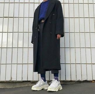 Comment porter: pardessus noir, pull à col rond bleu marine, pantalon chino en laine noir, chaussures de sport beiges