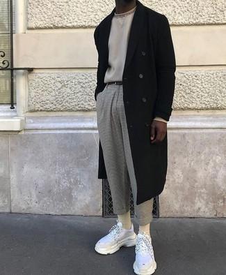 Comment porter: pardessus noir, pull à col rond beige, pantalon chino en laine gris, chaussures de sport blanches