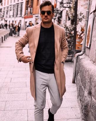 Comment porter: pardessus marron clair, pull à col rond noir, pantalon chino gris, bottines chelsea en daim noires