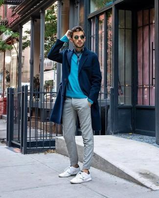 Comment porter: pardessus bleu marine, pull à col rond turquoise, pantalon chino gris, baskets basses en cuir blanches