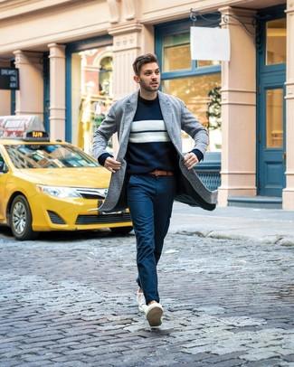 Comment porter: pardessus gris, pull à col rond à rayures horizontales bleu marine et blanc, pantalon chino bleu marine, baskets basses blanches