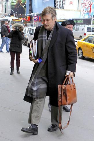 Comment porter: pardessus noir, pull à col rond noir, pantalon chino gris, slippers en cuir noirs
