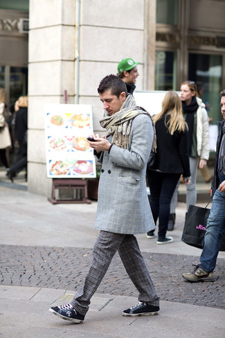 Comment porter: pardessus écossais gris, pull à col rond noir, pantalon chino écossais gris foncé, baskets basses en daim bleu marine