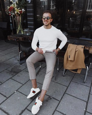 Comment porter: pardessus marron clair, pull à col rond blanc, pantalon chino à carreaux beige, baskets basses en cuir imprimées blanches