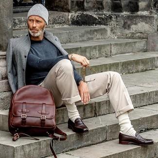 Comment porter: pardessus gris, pull à col rond gris foncé, pantalon chino beige, slippers en cuir marron foncé