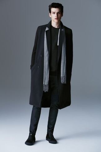 Comment porter: pardessus noir, pull à col rond noir, pantalon chino bleu marine, bottines chelsea en daim noires