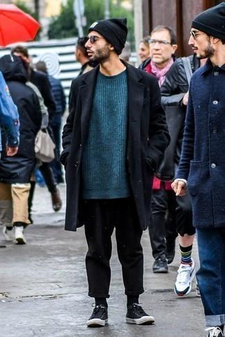 Un pantalon chino à porter avec des baskets basses noires: Pense à porter un pardessus noir et un pantalon chino pour aller au bureau. Une paire de des baskets basses noires apporte une touche de décontraction à l'ensemble.