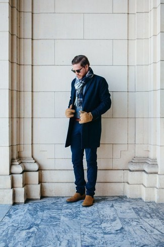 Tendances mode hommes: Essaie d'associer un pardessus bleu marine avec un pantalon chino bleu marine si tu recherches un look stylé et soigné. Jouez la carte classique pour les chaussures et opte pour une paire de des bottines chelsea en daim marron clair.