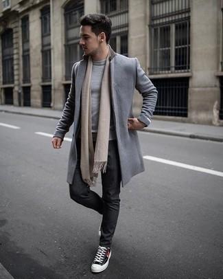 Comment porter un pantalon chino gris foncé: Choisis un pardessus gris et un pantalon chino gris foncé si tu recherches un look stylé et soigné. Pour les chaussures, fais un choix décontracté avec une paire de des baskets basses en toile imprimées noires.