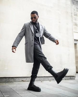 Tendances mode hommes: Essaie d'associer un pardessus gris avec un pantalon chino noir pour créer un look chic et décontracté. Une paire de bottines chelsea en cuir noires est une façon simple d'améliorer ton look.