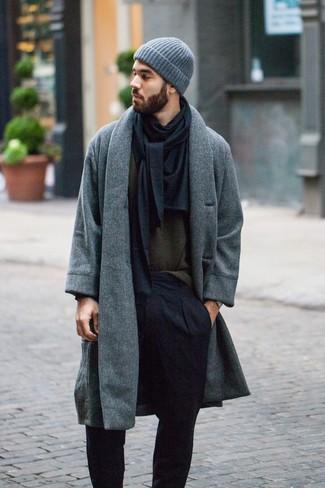 Comment porter: pardessus gris, pull à col rond olive, pantalon de costume noir, bonnet gris