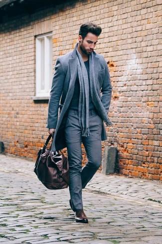 Comment porter: pardessus gris, pull à col rond gris foncé, pantalon de costume gris, chaussures richelieu en cuir marron foncé
