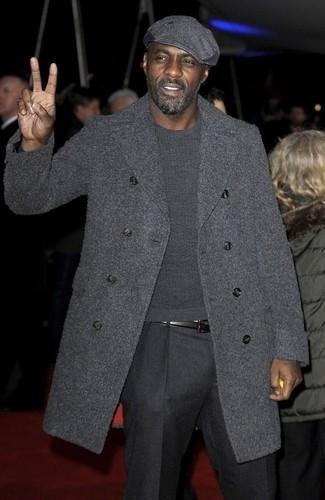 Tenue de Idris Elba: Pardessus gris foncé, Pull à col rond gris foncé, Pantalon de costume en laine gris foncé, Casquette plate grise foncée