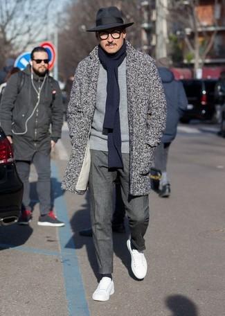 Comment porter: pardessus à chevrons gris, pull à col rond gris, pantalon de costume gris foncé, baskets basses en cuir blanches