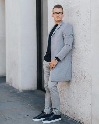 Comment porter: pardessus gris, pull à col rond noir, pantalon de costume en laine gris, baskets basses en cuir noires