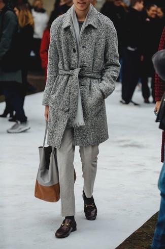 Comment porter un pantalon de costume gris: Pense à porter un pardessus à chevrons gris et un pantalon de costume gris pour un look classique et élégant. Une paire de des slippers en cuir marron foncé est une option astucieux pour complèter cette tenue.