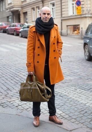 Comment porter une écharpe gris foncé: Associe un pardessus orange avec une écharpe gris foncé pour un look confortable et décontracté. Transforme-toi en bête de mode et fais d'une paire de des chaussures richelieu en cuir marron ton choix de souliers.