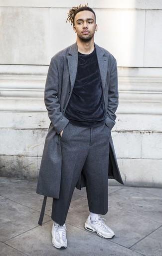 Comment porter un pardessus gris foncé: Pense à porter un pardessus gris foncé et un pantalon de costume en laine gris foncé pour un look classique et élégant. Si tu veux éviter un look trop formel, termine ce look avec une paire de des chaussures de sport blanches.